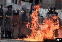 Уличные столкновения в Каракасе демонстрантов с полицией продолжаются регулярно с весны 2017 года