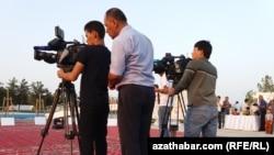 Съёмочная группа государственного телевидения Туркменистана. Иллюстративное фото.