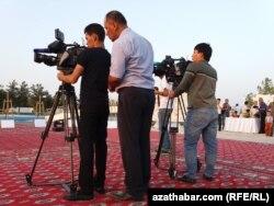 Türkmenistanyň döwlet telewideniýesiniň işgärleri ýazgy edýär
