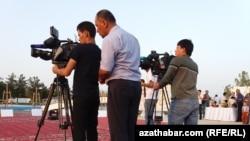 Съемочная группа государственного телевидения Туркменистана (Иллюстративное фото).