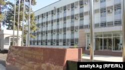 У здания МИД Кыргызстана в Бишкеке.