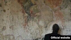 Рабочие установили внутри храма строительные леса и штукатурят стены поверх уникальных фресок. По виду они ничем не отличались от обычной бригады строителей, которых можно встретить на любом из строящихся в республике объектов