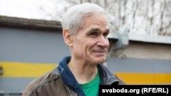 Джон Росмэн, амэрыканец, які ўжо шмат гадоў жыве ў Менску, бачыць выйсьце з аўтамабільнага каляпсу ў арганізацыі платных парковак.
