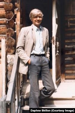 Венедикт Ерофеев на пороге дома в Абрамцеве, лето 1981 года. Фотография Дафни Скиллен
