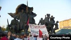 "Над митингующими был развернул плакат: «Нет беспределу администрации ""Трехгорки""!»"