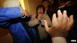Родственники погибших с болью реагируют на каждое новое сообщение о поисках пропавшего самолёта. Пекин, 24 марта.
