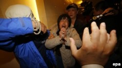 Родственники пассажиров пропавшего самолёта. Пекин, 24 марта.