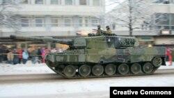"""Танк """"Леопард 2А4"""" финской армии на параде по случаю Дня независимости в Хельсинки"""
