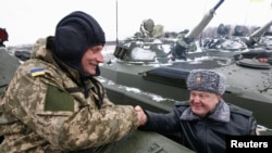 Петр Порошенко в Житомире на церемонии передачи армии отремонтированной бронетехники и самолетов