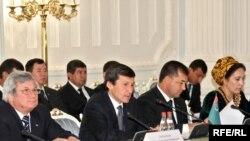 Türkmenistanyň Orsýetdäki ilçisi Halnazar Agahanow (çepde) we Türkmenistanyň daşary işler ministri Raşid Meredow (çepden ikinji) ykdysady hyzmatdaşlyk boýunça türkmen-rus gepleşiklerinde, Moskwa, 8-nji ýanwar, 2010-njy ýyl.