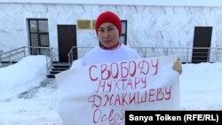 Активистка Бибигуль Туякова у здания генеральной прокуратуры Казахстана. Нур-Султан, 13 февраля 2020 года.