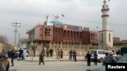 Forcat e sigurisë së Afganistanit para xhamisë në Kabul ku ka ndodhur sulmi i sotëm vetëvrasës