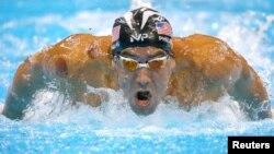 Майкл Фелпс на дистанции 200 метров баттерфляем. На плече спорстмена – следы от банок.