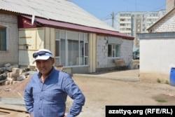 Үйінің алдында тұрған отағасы Өмірхан Жетесов. Ақтөбе, 30 шілде 2016 жыл.