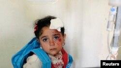 طفلة سورية تتلقى العلاج في مستشفى ميداني