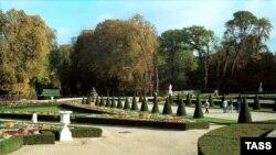 Версаль. Стрижкой газонов и подрезанием кустов в классических парках Версаля занимаются десятки садовников.