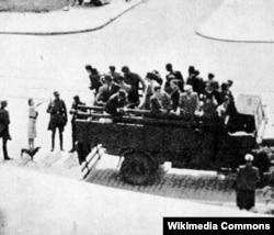 """Polşada nasistlərin küçə """"oblava""""ları, Varşava. Onlar təsadüfən qarşılarına çıxan qadınları tutub əsgərlər üçün bordellərdə fahişəliyə məcbur edirdilər. 1941"""