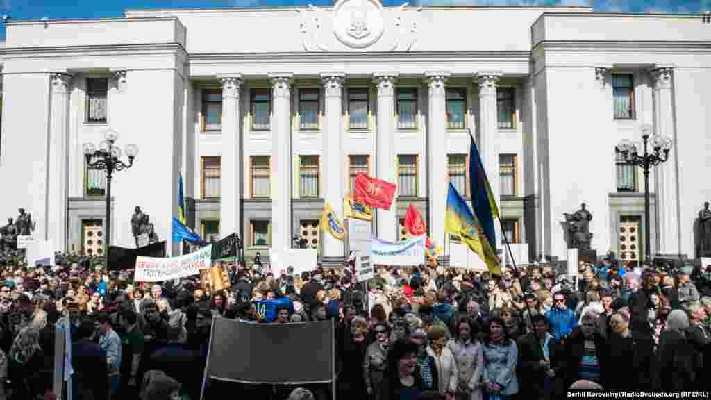 Науковці, зокрема, вимагають внести зміни до Закону «Про Державний бюджет України на 2016 рік» щодо збільшення видатків Національній академії наук України на 725 мільйонів 43 тисячі гривень