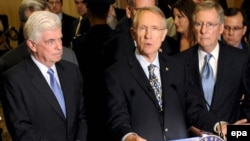 سناتور هری رید، رهبر جناح اکثریت در سنا (وسط) و سناتور کریستوفر داد رئیس کمیته بانکداری سنا(چپ)