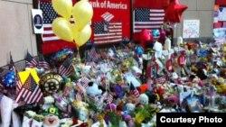 Жарылыс болған жерге қойылған гүлдер. Бостон, 21 сәуір 2013 жыл. Қарлығаш Жақиянова түсірген фото.