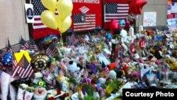 Цветы и флаги у места взрывов в Бостоне. 21 апреля 2013 года. Фото Карлыгаш Жакияновой.