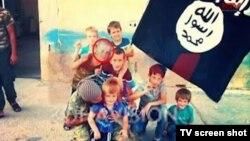 Косово телеарнасы көрсеткен фотода Ерион Сириядағы басқа балалармен бірге тұр.