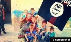 Группа детей в лагере исламистов. Сын Пранверы Абази, Эрион, отмечен красным кружком. Кадр из телерепортажа телевидения Косово.