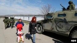 """Российский бронеавтомобиль """"Тигр"""" возле украинской воинской части в Перевальном. 14 марта 2014 года"""