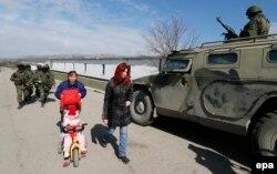 Російський військовий автомобіль «Тигр» біля української частини в Перевальному ,14 березня 2014 року