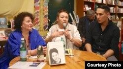 Фотограф и писатель Лоранс Деонна (слева), журналист Лира Байсеитова и ее внук Алан Байсеитов. Женева, 29 января 2020 года.