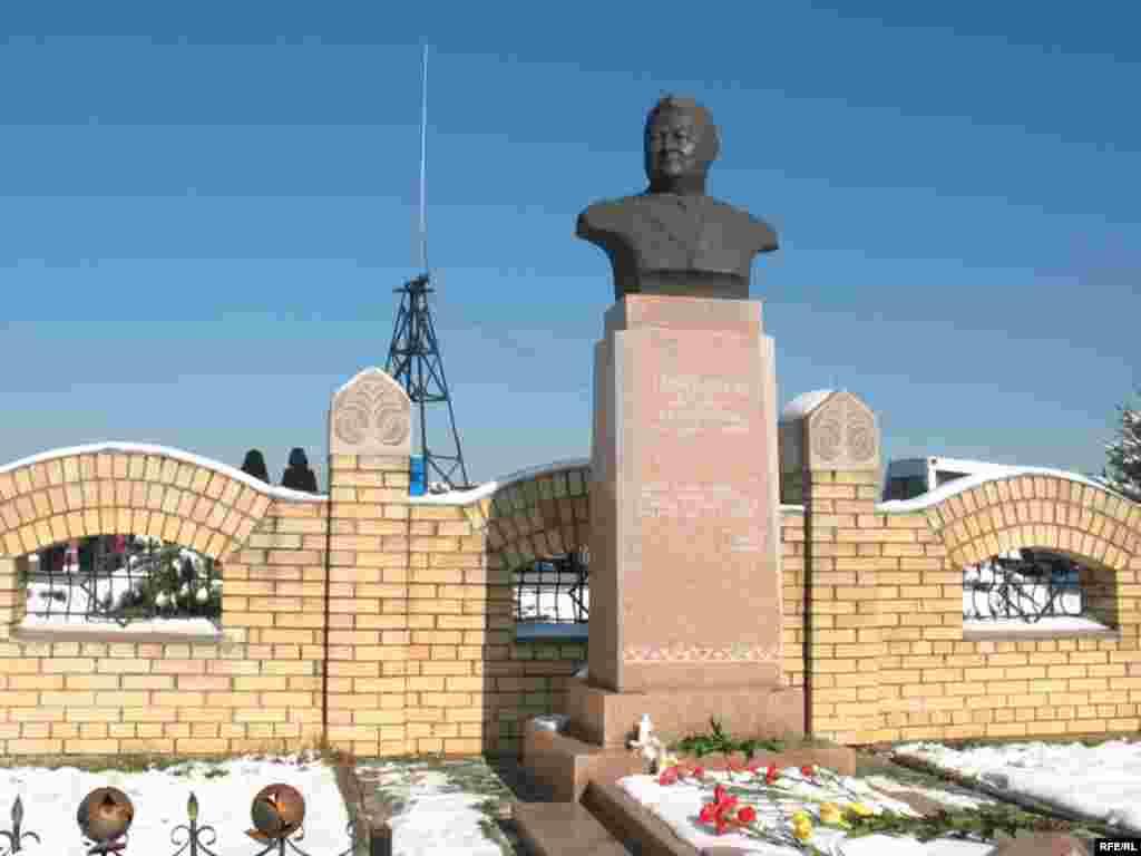 """Заманбек Нуркадилов похоронен на кладбище """"Кенсай"""" в Алматы. Там же позже были похоронены оппозиционный политик Алтынбек Сарсенбаев и ученый Нурболат Масанов."""