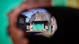 Село Гранітне розташоване неподалік міста Волновахи в Донецькій області. Населений пункт стоїть на правому березі річки Кальміус, яка зараз фактично є лінією розмежування між підконтрольною та непідконтрольною частинами Донеччини