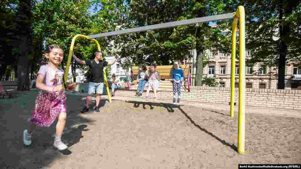Дети играют на открытой площадке в парке