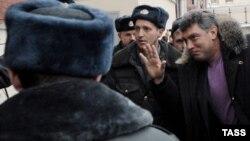 Борис Немцов по дороге на новое судебное заседание