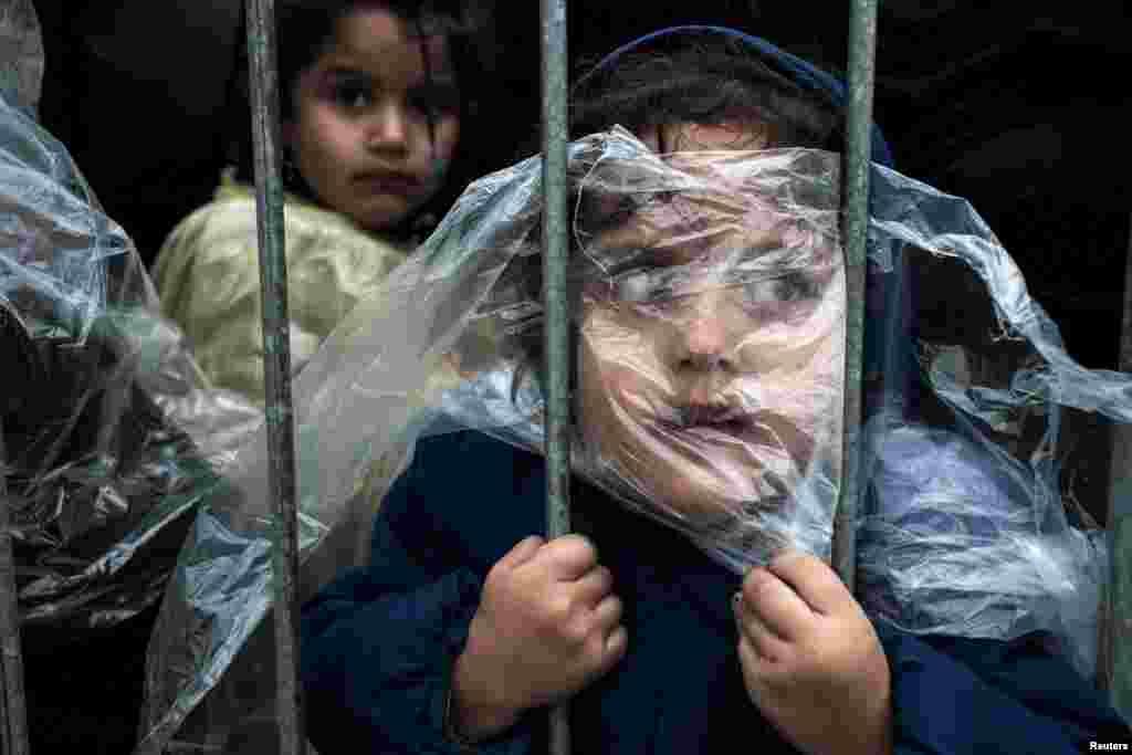 Перша премія в номінації «Люди» Матіза Зормана (Matic Zorman) – дівчинка в дощовику чекає реєстрацію в таборі для біженців, 7 жовтня 2015 року