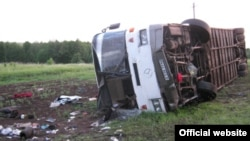 Жол апатына ұшыраған жолаушылар автобусы. Көрнекі сурет.