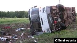 Автобус из Казахстана, попавший в дорожную аварию на территории Самарской области России. 30 мая 2013 года. Фото с сайта управления МЧС России по Самарской области.