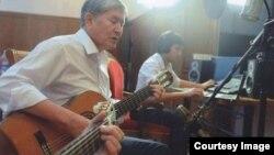 Qırğızıstan prezidenti Almazbek Atambaev gitara çalarkən