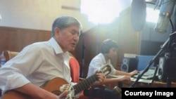 Алмазбек Атамбаев в студии во время записи своих песен.