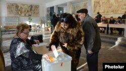 Жители Армении участвуют в голосовании на референдуме по конституционной реформе. 6 декабря 2015 года.