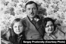 Степан Кузнецов с дочерью Марией и женой Елизаветой Андреевной. Харбин, 1932 г.
