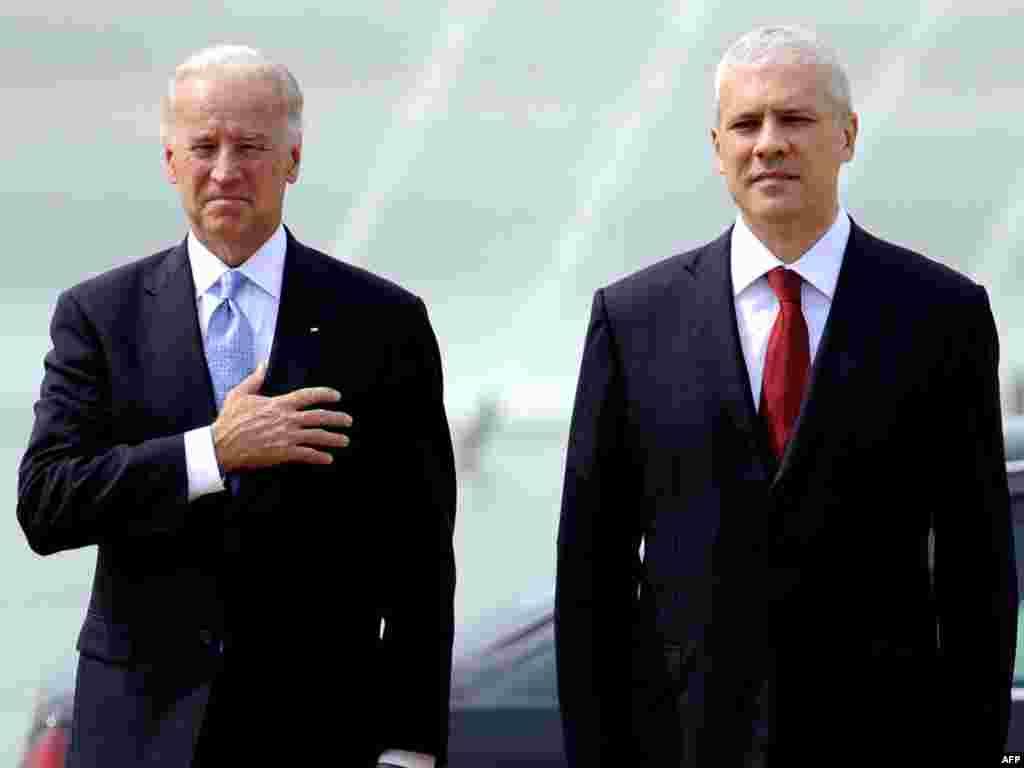 Dobrodošlica na aerodromu - Predsednik Srbije Boris Tadić dočekao je Bajdena na beogradskom aerodromu.