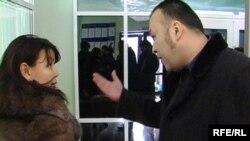 Мұхтар Жәкішевке жаңадан тағайындалған адвокат Болат Исатаев (оң жақта) айыпкердің зайыбы Жәмила Жәкішевамен (сол жақта) сот ғимаратында шекісіп қалды. Астана, 19 қаңтар 2010 жыл.