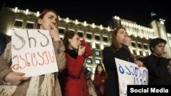 Жасырын түсірілген видеоға қатысты ашық тергеу жүргізуді талап етіп тұрған грузин белсенділері.