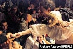 Греческая кукольница раздает зрителям тесто, которое замесила во время спектакля. Алматы, 25 сентября 2012 года.