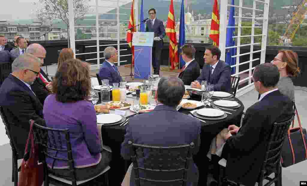 МАКЕДОНИЈА - 69-годишнината на ЕУ, во Македонија беше одбележана со традиционалниот ЕУ-појадок на кој евроамбасадорот Самуел Жбогар повика на единство за европска иднина на Македонија, а новиот претседател Стево Пендаровски го честиташе Денот на Европа со желба во јуни да стасаат добри вести од Брисел.