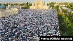 Верующие во время молитвы в дни Ораза-айта у мечети «Хазрати имам» в Ташкенте. 6 июля 2016 года.