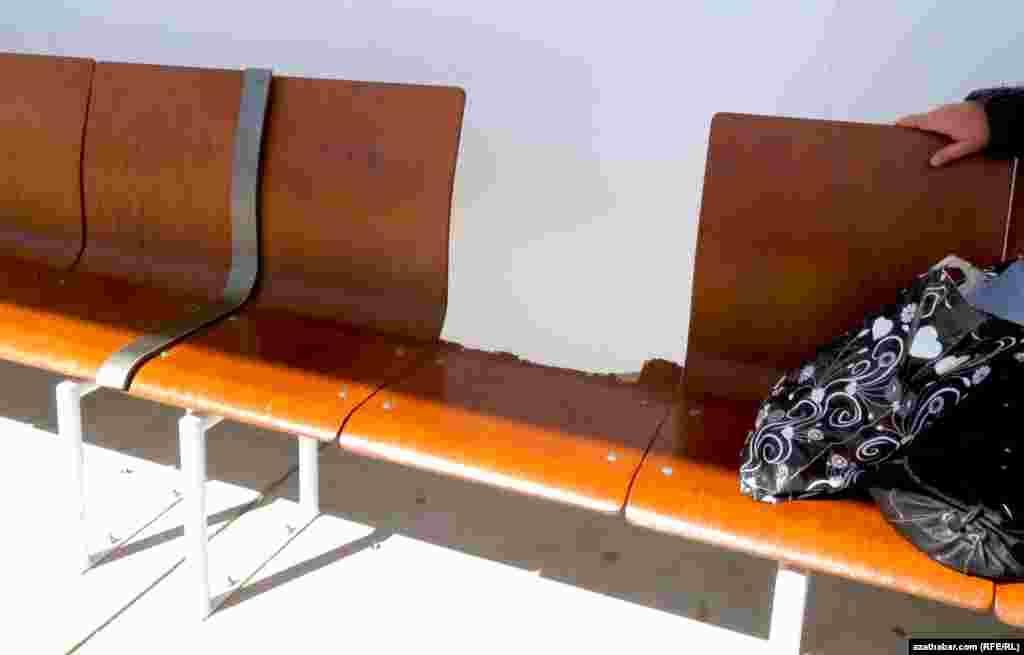 Автобусные остановки Ашхабада недавно оборудованы новыми сидениями для пассажиров.