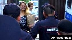 Полиция встречает участников Pussy Riot