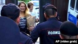 Полиция встречает участников Pussy Riot.